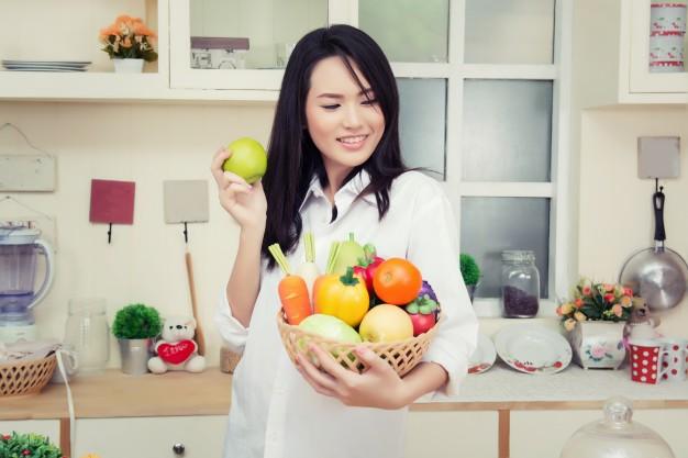 fille-avec-un-bol-de-legumes_1150-189