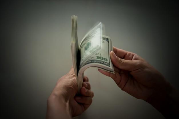 dollar-billie-dans-la-main_1150-748