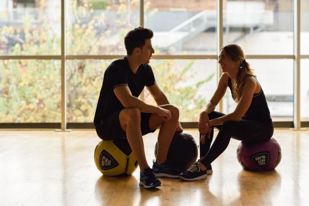 bodybuilding-sain-force-feminine-gymnase_1139-713
