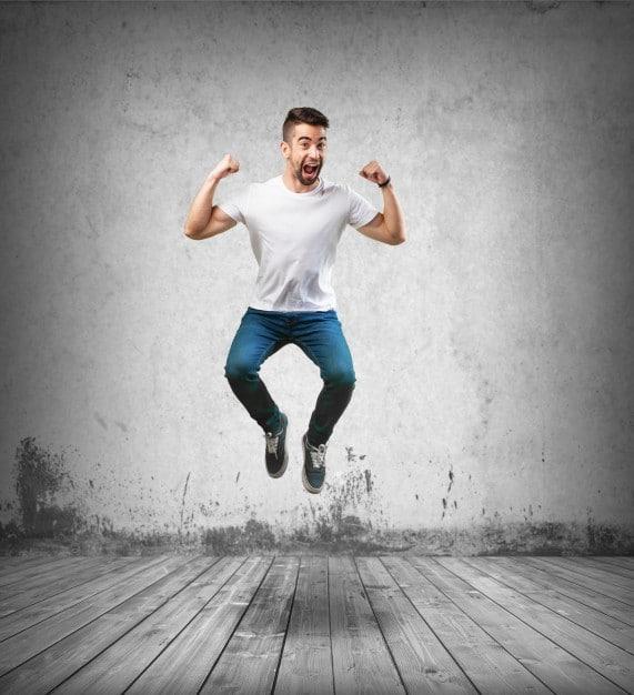 heureux-l-39-homme-de-sauter-sur-le-plancher-en-bois_1149-1461