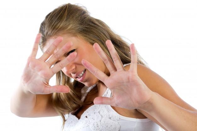 jeune-femme-cachee-de-la-camera_1301-4006