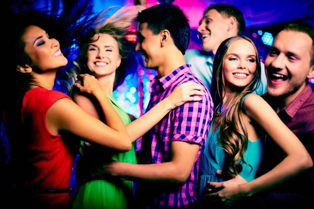les-adolescents-ayant-l-39-amusement-la-nuit_1098-3782.jpg