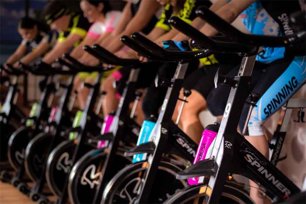 spinning fitness dans une salle de sport