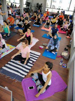 Yoga dans une salle en Tunisie